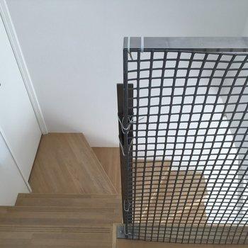 階段の途中にある扉は…