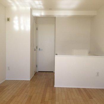 2階、奥の扉はサニタリー、手前左はトイレ。