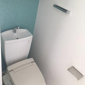 水色のアクセントクロスが爽やかなピカピカトイレ。
