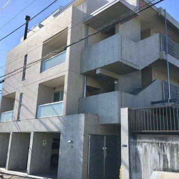 鉄筋コンクリートの3階建てマンションです。