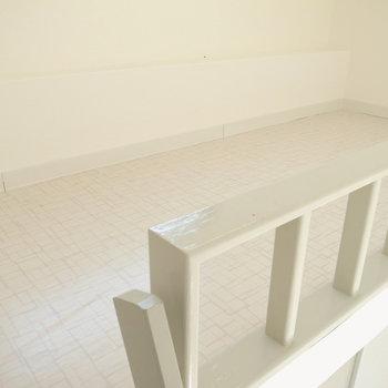 はしごを登ってロフトへ。ちょうどベッドより大きいくらいの広さなので、ここを寝室、下をダイニングに!