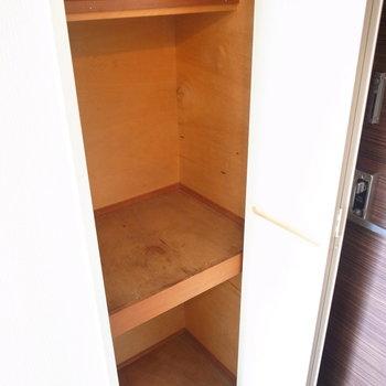 シューズボックス、というより棚に近いです。つっぱり棒を利用して棚板を追加しましょう!