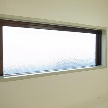 ここにも窓がありますよ◎コンセントも設けられています。