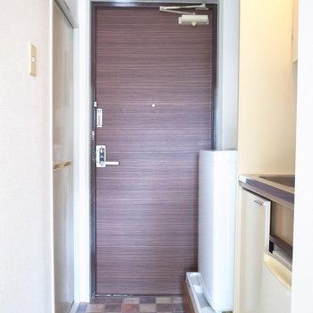 玄関は洗濯機もあってギリギリの広さです。