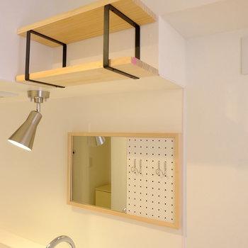 鏡がついて、更に吊り棚も設置しました♪