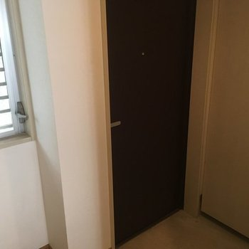 玄関には窓が♪※写真は2階の同間取り別部屋です
