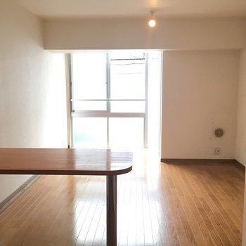シンプルなお部屋ですねっ※写真は2階の同間取り別部屋です