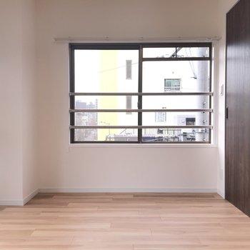 こちらは寝室ですね 窓も二面でしっかり明るい!