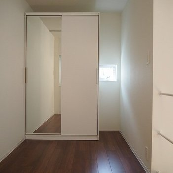 クローゼットだってあります! ※写真は1階の反転間取り別部屋のものです