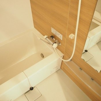 お風呂は追焚機能付き ※写真は1階の反転間取り別部屋のものです