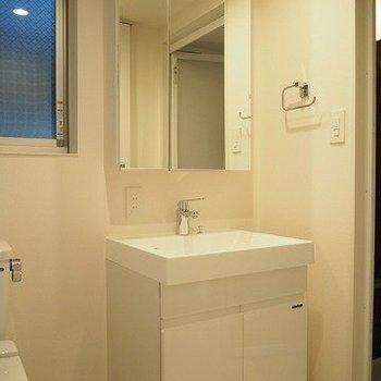 独立した洗面台です。 ※写真は1階の反転間取り別部屋のものです