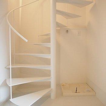 洗濯機置き場は螺旋階段の横! ※同階反転間取り別部屋の写真です