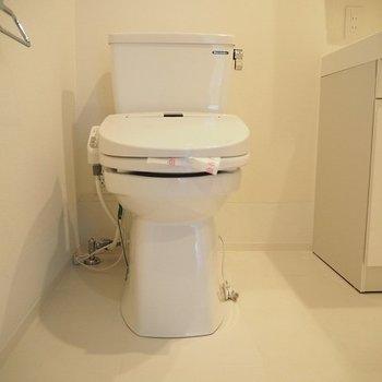 トイレは洗面台と同室に。 ※同階反転間取り別部屋の写真です