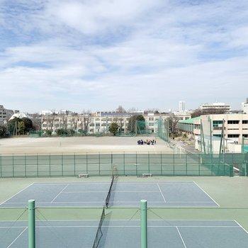正面は学校のテニスコート。元気な声が響いていました。