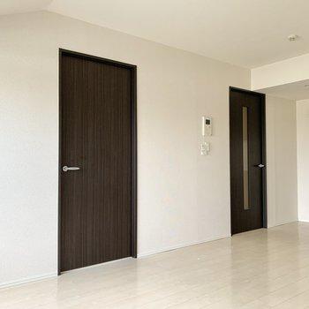 左側の扉を開けて寝室に参りましょう。