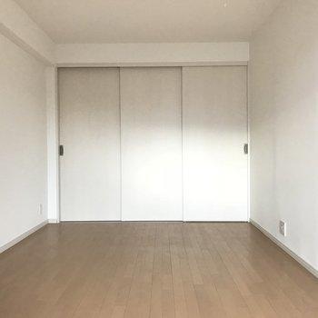 閉めると白が強い印象のスッキリした寝室に