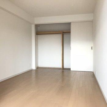 こちらが広々の寝室です