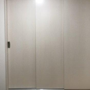 廊下になにやら白い扉