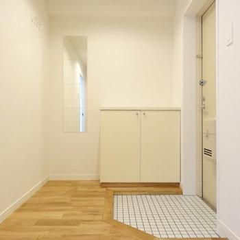 広くて明るい玄関には白タイルを。(※写真は前回掲載時のものです)