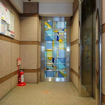 エレベーター前のあのかわいい扉から駐輪・駐車場側へ出られます。