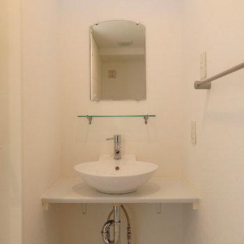 独立洗面台あります(※写真は2階の同間取り別部屋のものです)