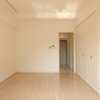シンプルな9.8帖、右の壁の扉を開けると・・・(※写真は2階の同間取り別部屋のものです)