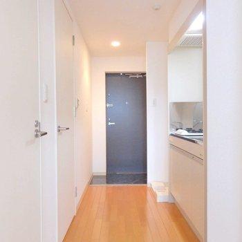 廊下もフローリングが綺麗です!※写真は10階の同間取り別部屋のものです