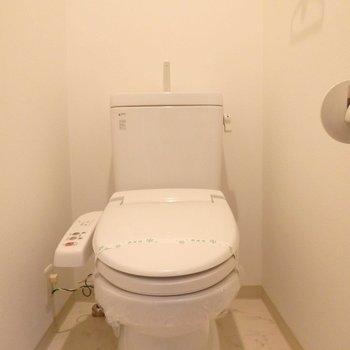 温水洗浄付きです。※写真は6階の同間取り別部屋のものです