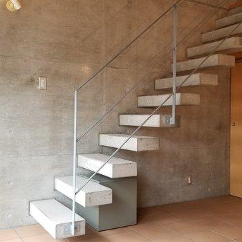 このかっこいい階段で2階へ※写真は別部屋です