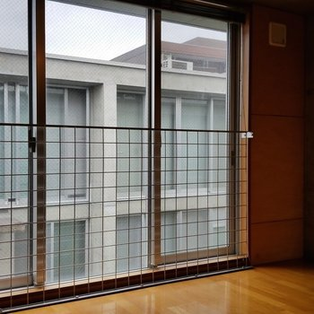 2階も窓が大きく解放的。※写真は別部屋です