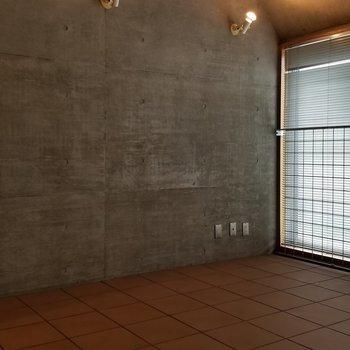 タイル張りの床。コンクリと似合うなぁ。※写真は別部屋です