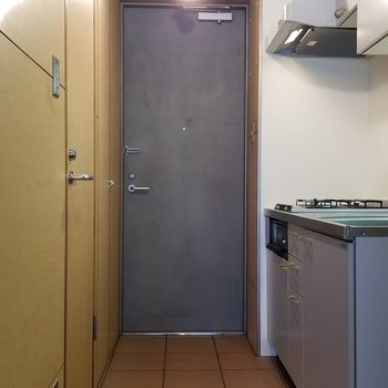 玄関は区切られてないのです。カッコよく使いましょう。※写真は別部屋です