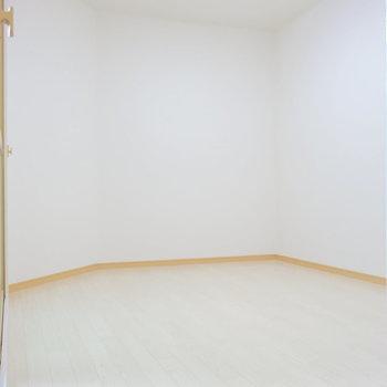 洋室はカクンとなっていてベッドが置きづらいかも。