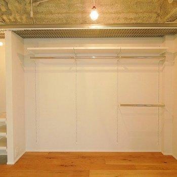 収納はオープンクローゼット※写真は同間取りの別部屋です