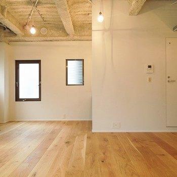 無垢の床が気持ちいい空間ですね※写真は同間取りの別部屋です