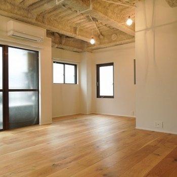 3面に窓があるので風通しも良いですね※写真は同間取りの別部屋です