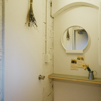 女子トイレの前には化粧室も。