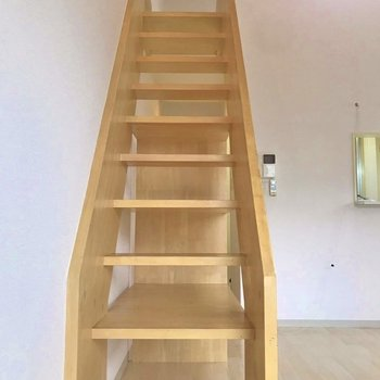 木の階段はしっかりしていて安心、