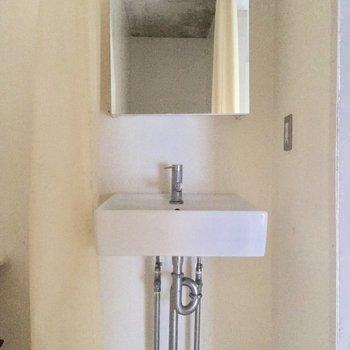 洗面台はシンプルにちっこいのが※写真はクリーニング前です