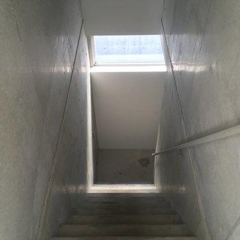 階段を降りて2階へ行ってみましょう!※写真はクリーニング前です