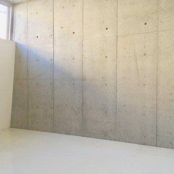 白い壁は若干斜めになってます※写真はクリーニング前です