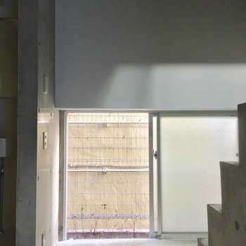 こちらは階段降りた所。左手には・・※写真はクリーニング前です