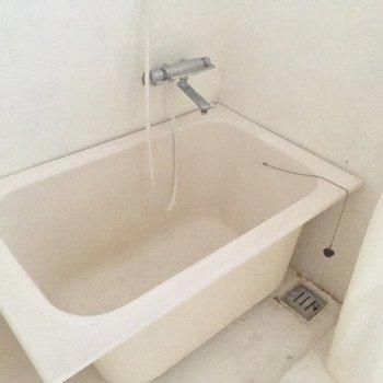 バスタブでシャワーを浴びる感じですね※写真はクリーニング前です