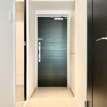玄関扉はブラックでかっこよく。(※写真は清掃前のものです)