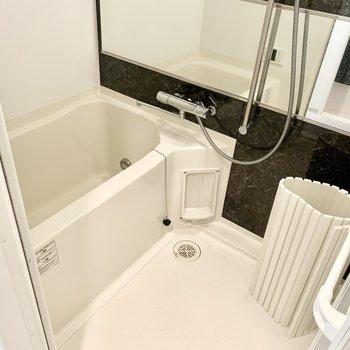 お風呂は横長の大きめ鏡です。(※写真は清掃前のものです)