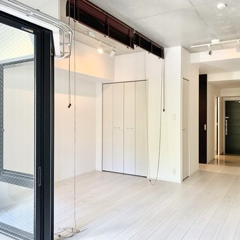 ブラインドカーテンを下ろしたら洋室は寝室に早変わり。(※写真は清掃前のものです)