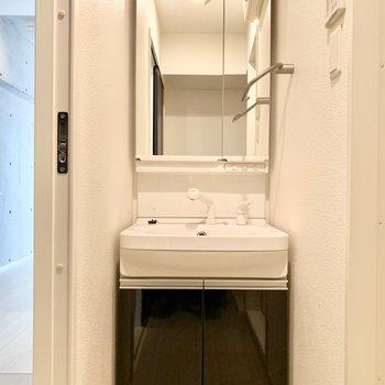 洗面台は大きめ鏡で見やすかったです!(※写真は清掃前のものです)