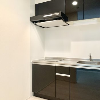 キッチンは対面に冷蔵庫や食器棚置けますよ◎(※写真は清掃前のものです)