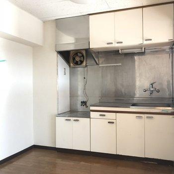 キッチンを見ていきましょう。白くて収納も充実キッチン