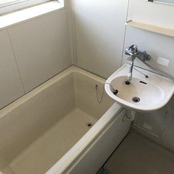 窓つきのお風呂ってうれしい!浴槽はあまりおおきくないサイズ